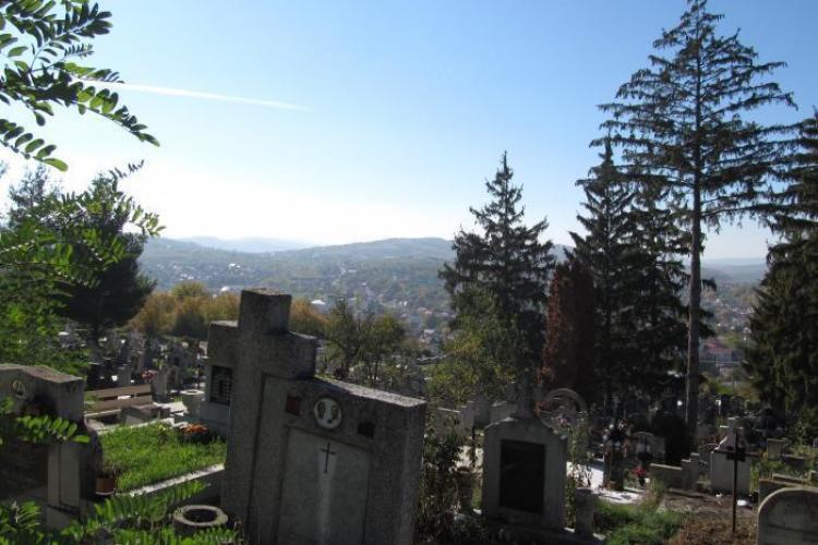 Scandal de mari proporții la Dej. Aproape s-au bătut în cimitir de față cu polițiștii VIDEO