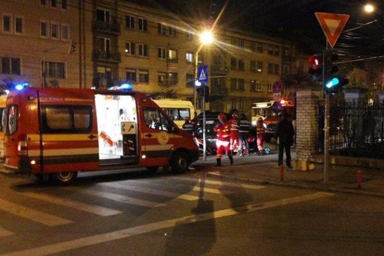 Accident pe strada Horea. Un Opel a intrat în refugiul de tramvai FOTO