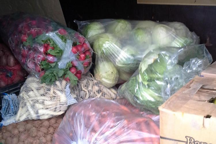 Razie la piața din Dezmir. Polițiștii au confiscat legume cu sacii FOTO