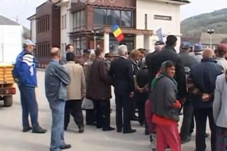 Protest de amploare la Fizesu Gherlii din cauza neasfaltării drumurilor VIDEO