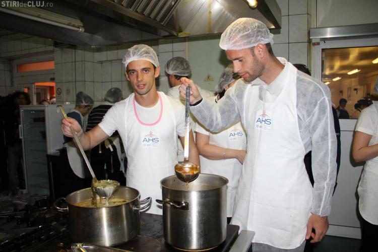 Fotbaliștii de la U Cluj și copiii AHS au gătit împreună pentru persoanele fără adăpost - FOTO