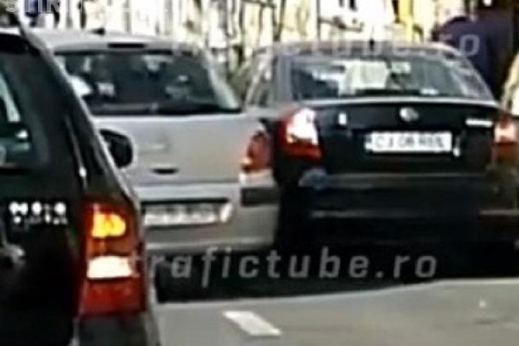 """Șofer clujean manevrează mașina din """"podul palmei"""" pe Republicii și lovește o mașină parcată - VIDEO"""