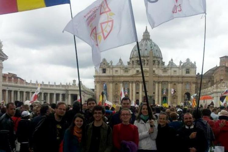 Clujenii au dus tricolorul la Roma, la canonizarea Papei Ioan Paul al II-lea și Papei Ioan al XXIII-lea - FOTO