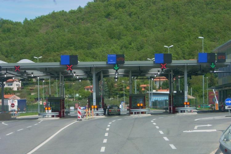 Scenă HALUCINANTĂ la vama în Ungaria. Cum a reușit un român să bage un BMW X6 într-o dubiță FOTO