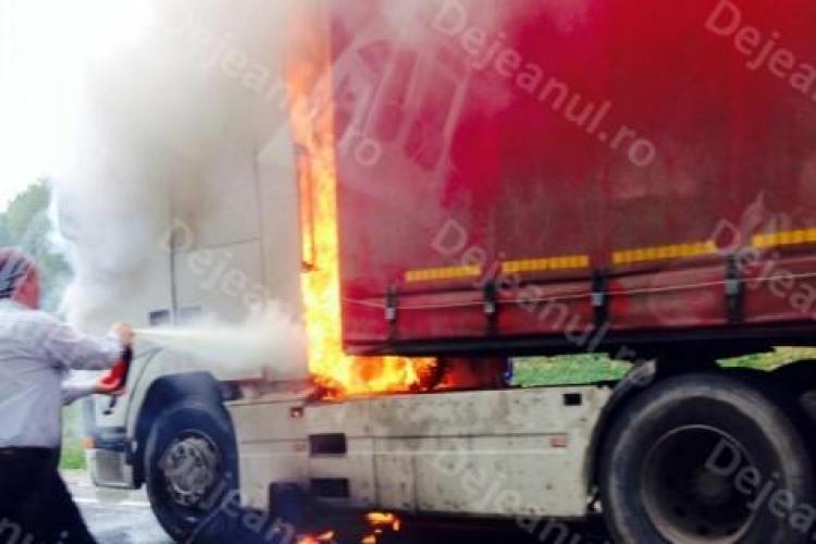 Un TIR a fost mistuit de flăcări între Dej și Baia Mare. Pompierii nu au putut ajunge la timp FOTO