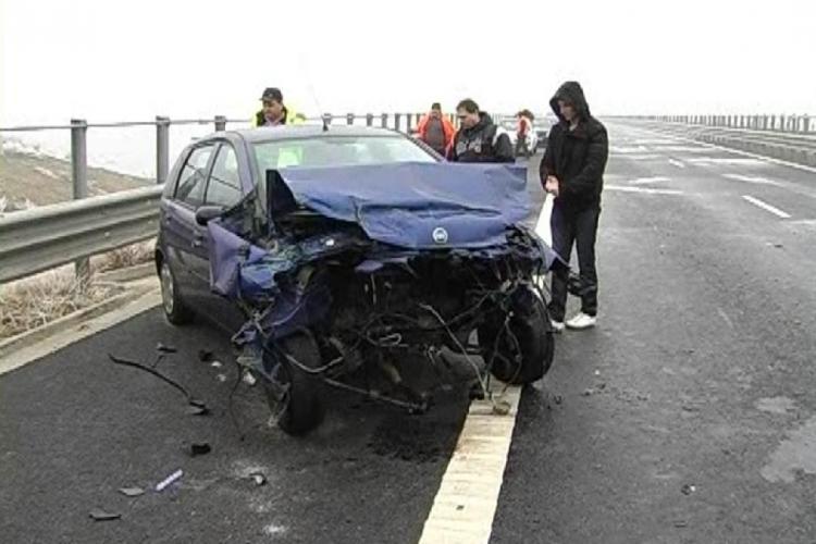 """Accident pe Autostrada Transilvania! I-a """"crăpat"""" mașina și a intrat în parapet"""