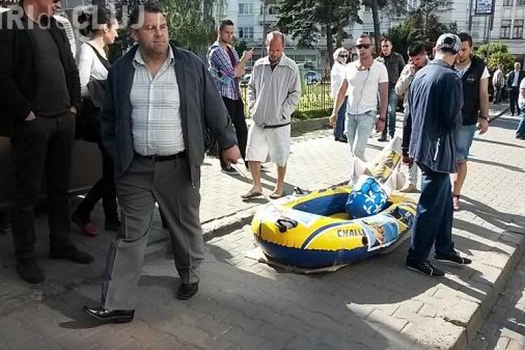 Protest împotriva lui Ponta la Cinema Florin Piersic. Clujenii i-au adus o barcă gonflabilă - VIDEO