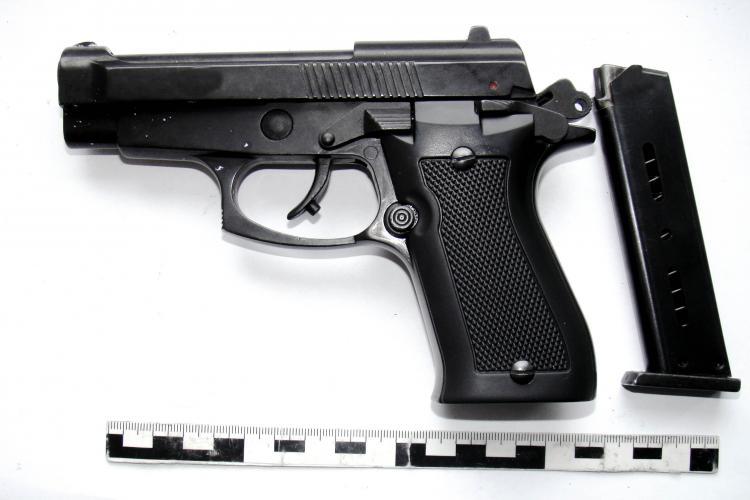 Clujean de 18 ani prins în timp ce încerca să vândă un pistol și 34 de cartușe