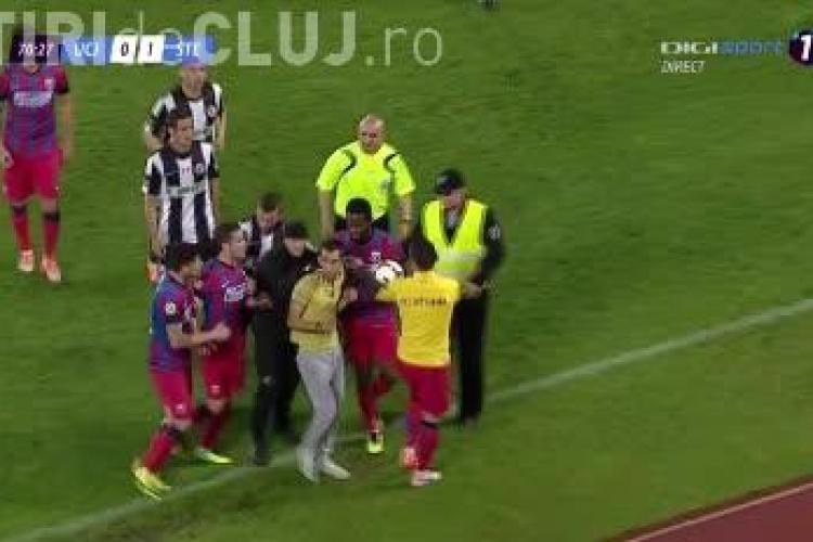 Suporter U Cluj pe teren la meciul cu Steaua. A sărit să îl lovească pe Varela - VIDEO