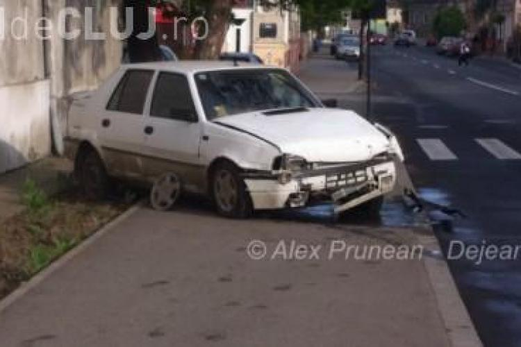 Un dejean s-a izbit cu mașina în zidul unității militare și a fugit de la fața locului