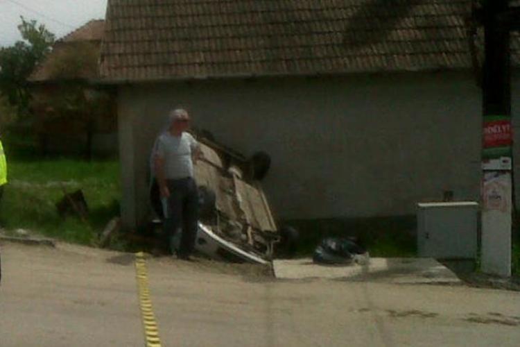 Accident la Tureni! O mașină s-a răsturnat după ce a lovit un TIR FOTO