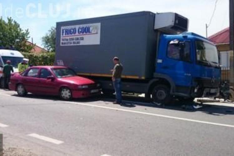 Accident rutier la Urișor. Un șofer de 78 de ani a intrat cu mașina într-un camion