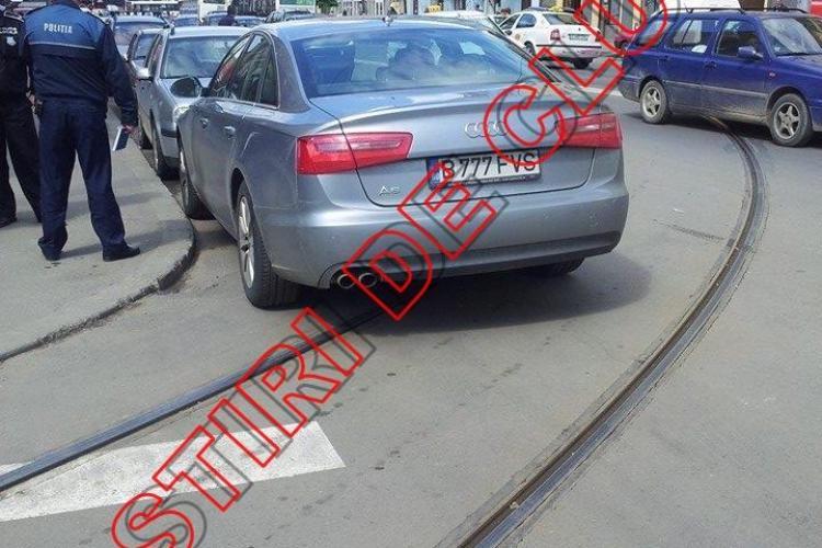 A blocat CINCI tramvaie pe Horea, după ce a parcat pe linia de tramvai  - FOTO