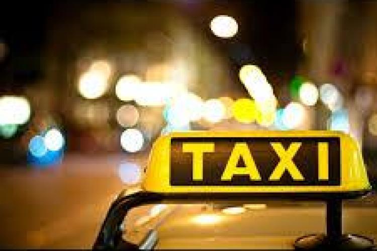 Au furat un taxi din Gherla, după ce l-au bătut măr pe taximetrist
