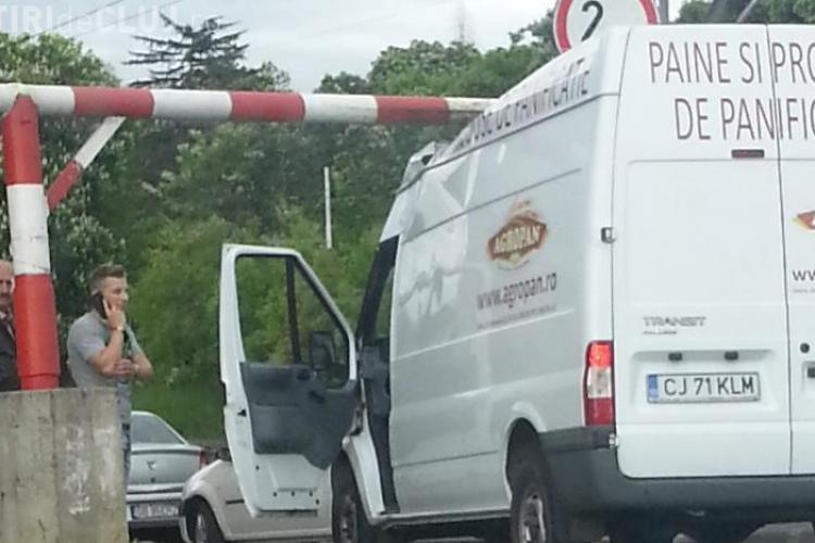 A rămas cu duba prins sub limitatorul de înălțime de lângă podul Napoca - FOTO