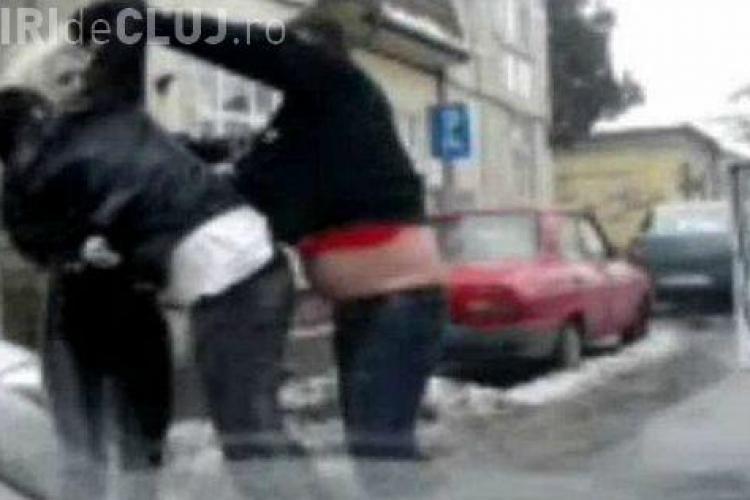 Doi tineri din Gherla, rupți de beți, l-au bătut pe un taximetrist și i-au luat mașina. Ce au făcut apoi e HALUICINANT
