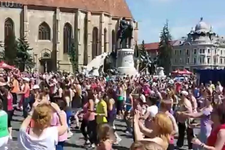 Sute de clujeni au dansat ZUMBA în Piața Unirii, pentru copiii dependenti de dializă - VIDEO