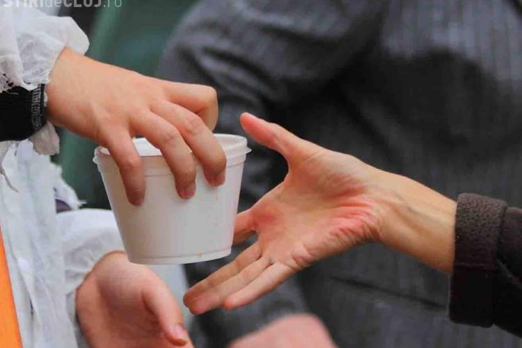 Cluj - Proiectul O MASĂ CALDĂ împlinește un an! Voluntarii oferă sărmanilor o masă gratuită în fiecare zi de joi - FOTO