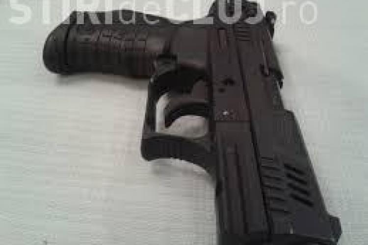 Un clujean de 19 ani a furat un pistol cu gloanțe de cauciuc! Acum e cercetat penal