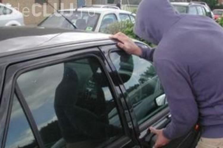Șase bărbați au fost prinși de polițiști după ce au furat o mașină din Mănăștur. Voiau să o vândă în Satu Mare VIDEO