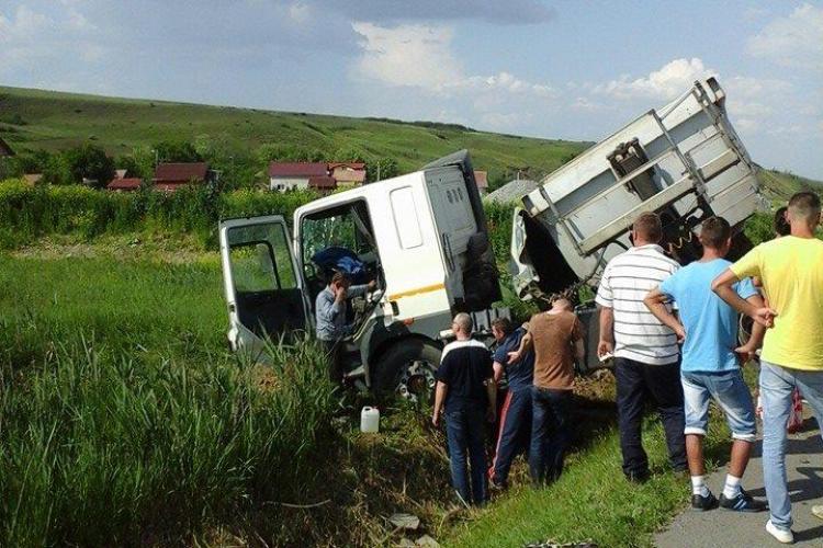 Accident cu două victime pe Centura de la Apahida! Un șofer a intrat cu mașina într-un TIR - FOTO