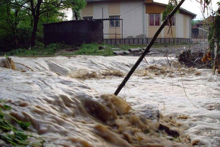 Persoană luată de VIITURĂ în comuna Mărgău, județul Cluj / UPDATE: Victima a murit