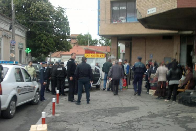 Ce probleme are Poliția Locală cu romii care vând flori în Piața Mihai Viteazu: Este o MAFIE