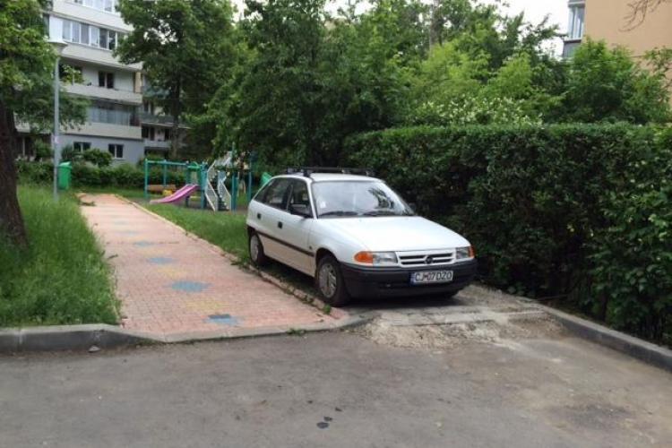 Și-a făcut singur loc de parcare pe Aleea Meseș. Direct pe iarbă - FOTO