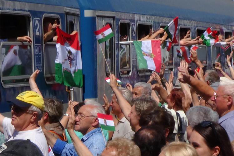 Ungurii au ocupat Gara Cluj! Trenul care merge la Șumuleu Ciuc, primit cu onoruri de UDMR Cluj - VIDEO