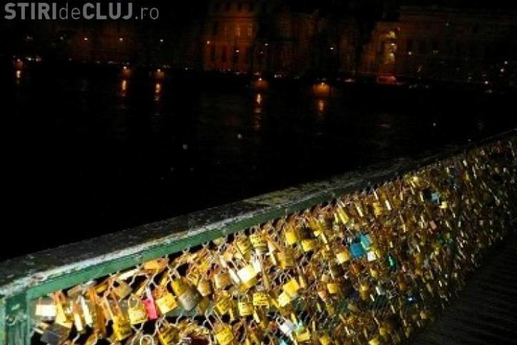 """Podul Artelor din Paris s-a prăbuşit din cauza greutății """"lacătelor iubirii"""""""