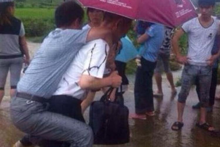 Oficial chinez cărat în spate la inundații. L-au DEMIS! - FOTO