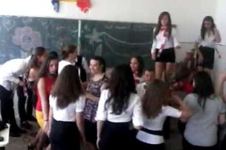 Chef cu manele și dans pe bănci la o școală generală din Cluj VIDEO
