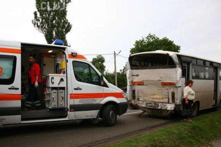 Autocar cu turiști maghiari, lovit la intrare în Cluj-Napoca. Autocarul mergea spre Șumuleu Ciuc