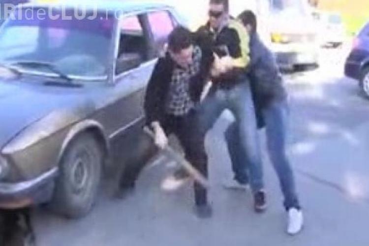 Clujean rupt în bătaie de doi romi în Piața Mărăști! Nu i-a lăsat să parcheze cu TUPEU  în stația de AUTOBUZ