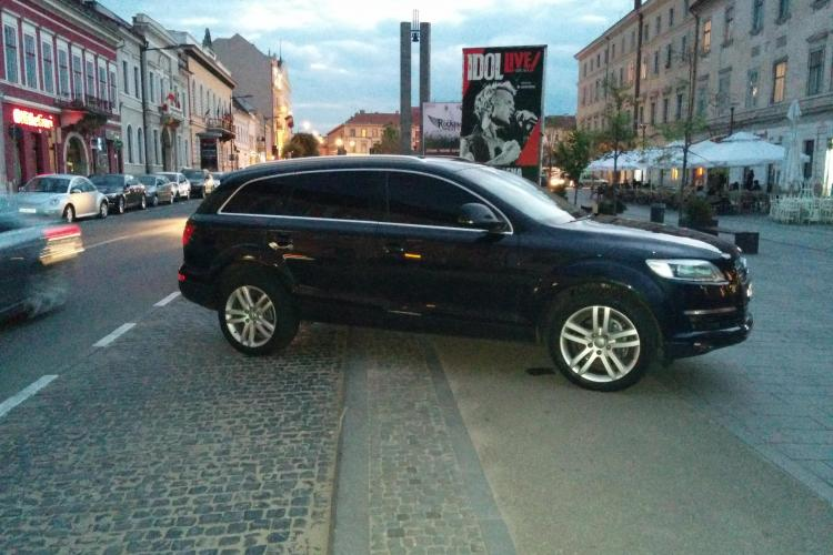 """Și-a urcat """"camionul"""" Audi pe pietonala Clujului: De ce noi, cetățenii simpli, nu putem face CURĂȚENIE? - FOTO"""