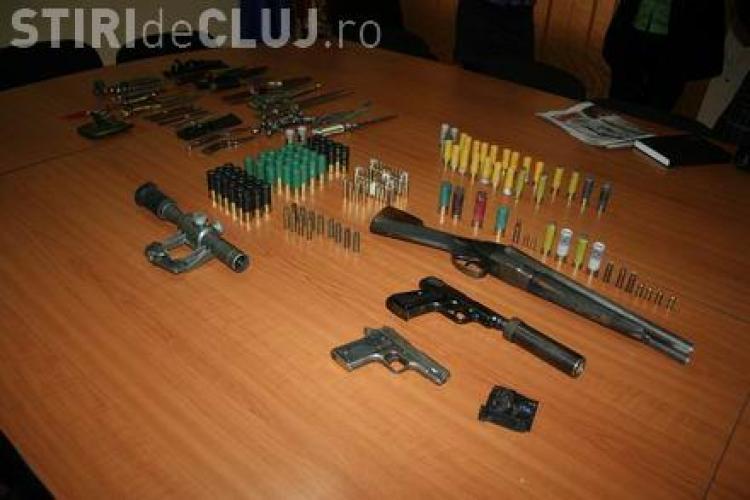 """Polițiștii au găsit un """"arsenal"""" de arme albe și de foc la un dejean acasă"""