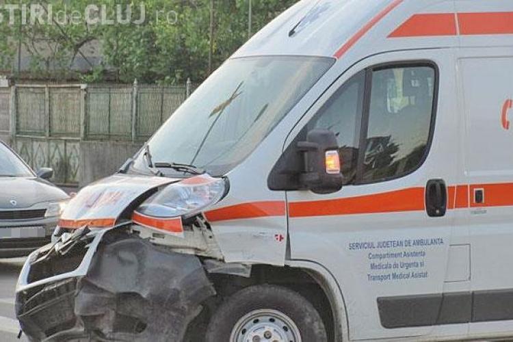 Accident în Sânnicoară! O EPAVĂ pe roți a lovit o ambulanță care transporta un tânăr la spital