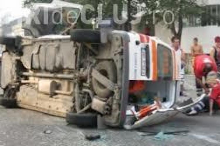 Accident cu trei victime la Beclean. O ambulanță a intrat în coliziune cu un TIR