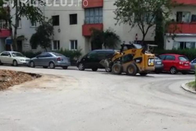 Imagini HALUCINANTE în Mănăștur: Drifturi cu excavator și WC public în sensul giratoriu VIDEO
