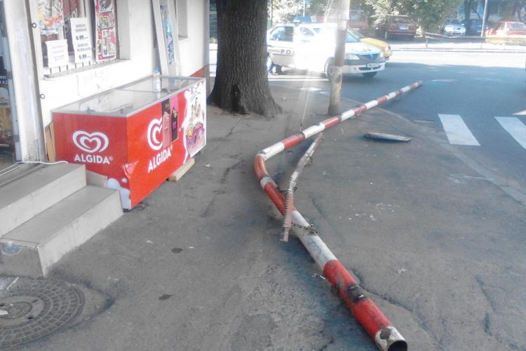 Accident pe Tăietura Turcului! A demolat bariera, care a căzut pe trotuar lovind o femeie - FOTO