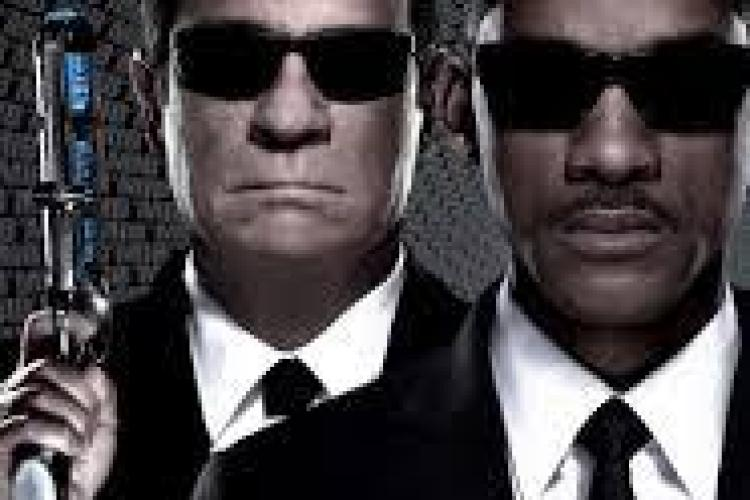 """Un student îi acuză pe scenariștii filmului """"Men in Black III"""" de plagiat. Le cere daune de 2 miliarde"""