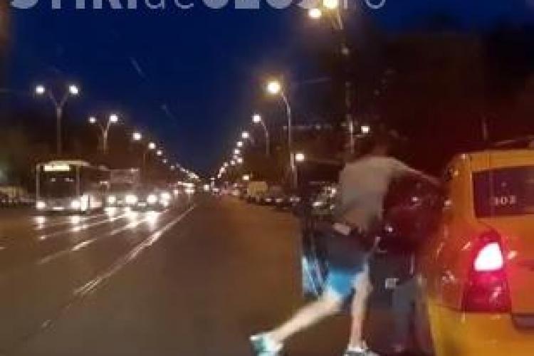 VIDEO - Ce a pățit un bucureștean tupeist care a sărit să bată un taximetrist? Bătaia a fost FILMATĂ