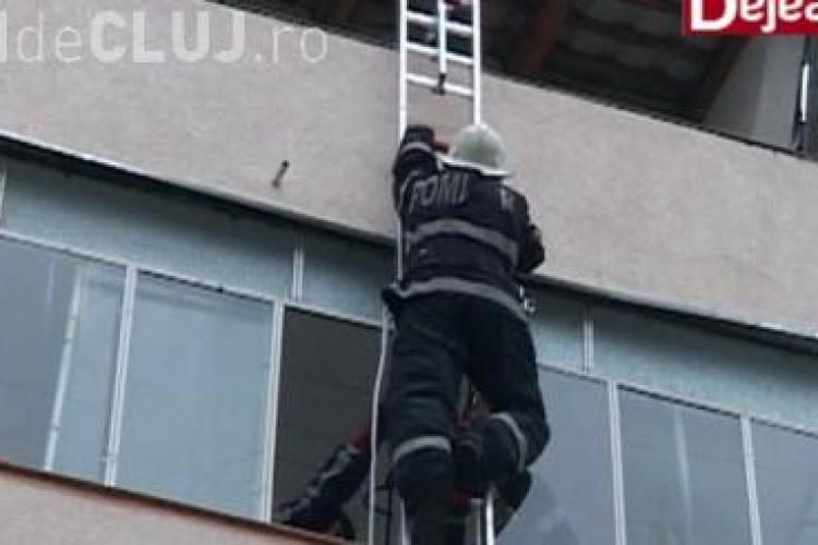 Tânără dejeancă salvată de pompieri după ce s-a blocat în dormitor VIDEO