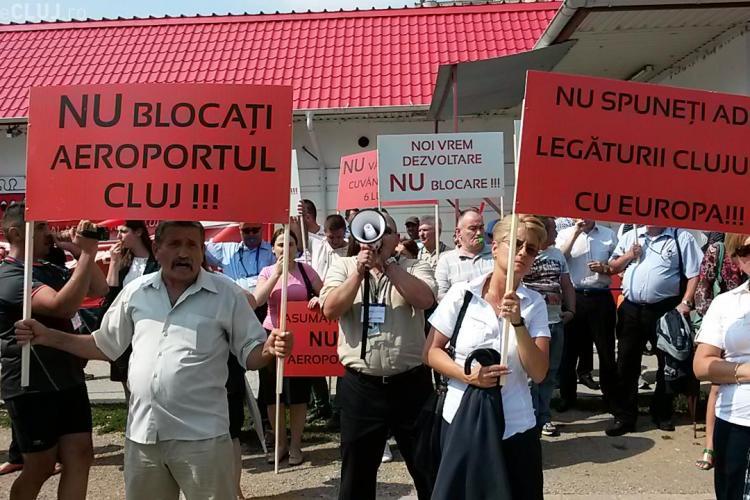 """Angajații Aeroportului protestează în fața Consiliului Județean: """"Oleleu, nu uita, Clujul nu-i moșia ta!"""" FOTO"""