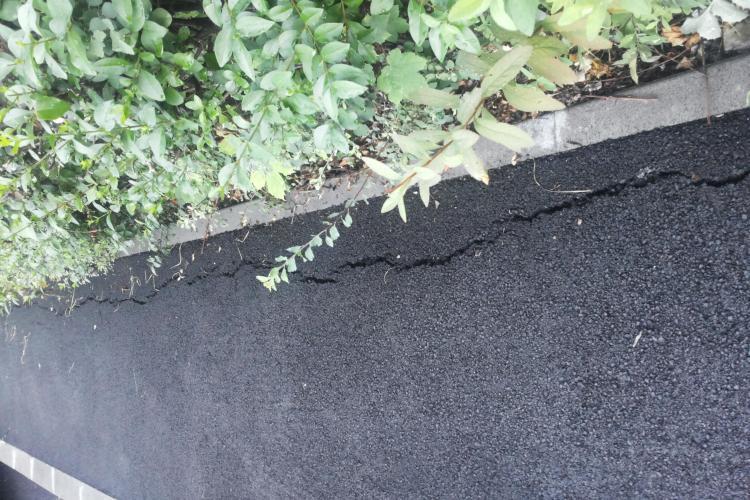 Lucrări de mântuială în cartierul Zorilor: S-a crăpat asfaltul după o lună jumătate FOTO