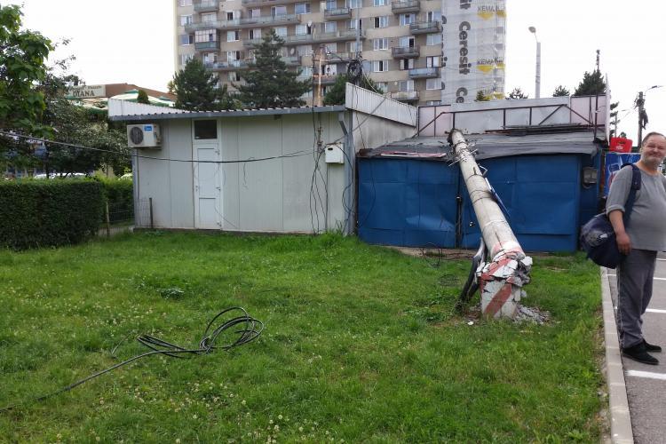 Un stâlp Electrica s-a prăbușit peste un magazin în Gheorgheni. De vină sunt cei de la RIDICĂRI AUTO  - FOTO