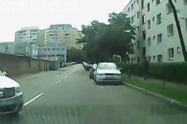 A evitat accidentul în ultimul moment! Incident pe strada Bucegi, în Mănăștur filmat de un șofer - VIDEO