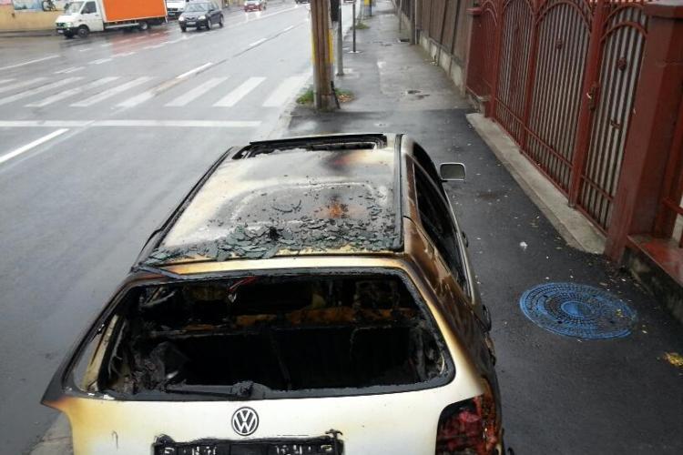 Mașina incendiată pe Traian Vuia, abandonată pe marginea drumului - FOTO