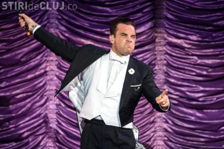 Robbie Williams a căzut de pe scenă la un concert și i-a rupt mâna unei femei. Nu și-a cerut scuze - VIDEO