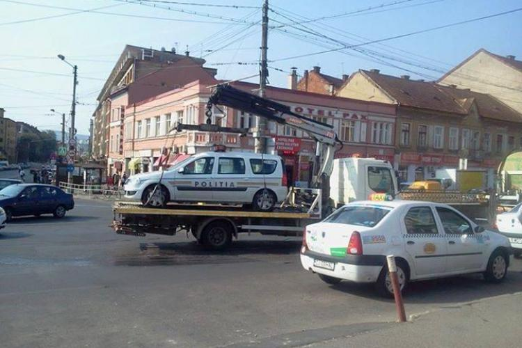 La Cluj, legea-i lege - Mașina poliției ridicată pe platformă - FOTO